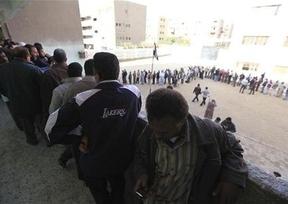Egipto amplía 2 horas el período de votación por la masiva participación