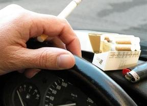 Los médicos piden al nuevo gobierno que se prohíba fumar en el coche