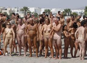 Vera (Almería) consigue un Guinness con el mayor baño nudista colectivo