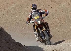 Marc Coma mantiene el liderato en motos y 'Nani' Roma se estrena en coches
