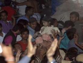 65 muertos deja derrumbe de edificio en Nueva Delhi