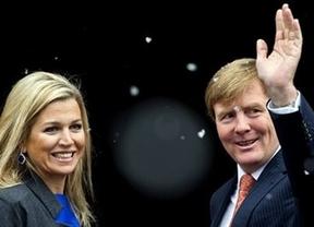 El Rey y el Príncipe Felipe, en todas las miradas tras la abdicación en Holanda