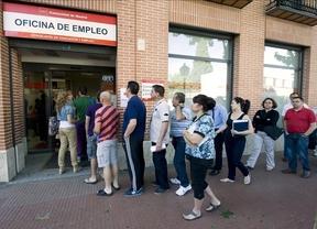 PSOE, IU y sindicatos no se fían: esperarán a ver la 'letra pequeña' de la subida de la ayuda de los 400 euros
