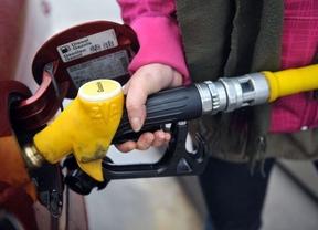 El precio del crudo en mínimos desde 2010, ¿por qué el de la gasolina no?