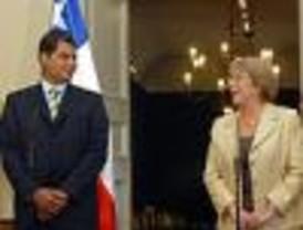 Presidenta chilena recibe a Rafael Correa