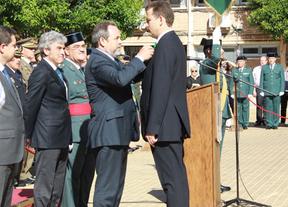 El director de Caja Rural de Castilla-La Mancha, Cruz al Mérito de la Guardia Civil