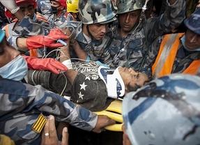 Rescatan con vida a un joven de 15 años en Nepal casi cinco días después del terremoto