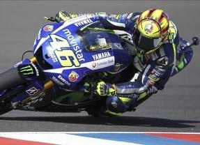 Rossi remonta y gana en MotoGP tras la caída de Márquez