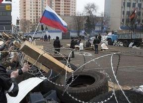 Vuelve la tensión en Ucrania al romper la tregua activistas prorrusos en un puesto de control