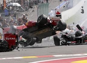 Un espectacular accidente deja fuera a Alonso en la primera curva