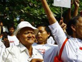 La disidente birmana Suu Kyi sale en libertad tras más de siete años de cárcel