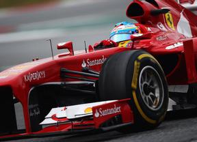 Peor, imposible: Fernando Alonso abandona tras perder el alerón y Vettel se aprovecha