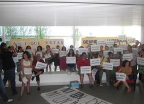 Protestas a las puertas de la televisión regional contra los recortes en la Administración