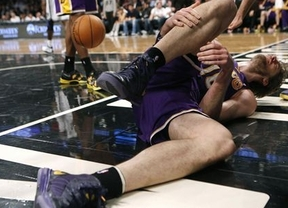 Sigue el 'annus horribilis' de Pau Gasol con 'sus' Lakers: ahora se lesiona en el pie derecho