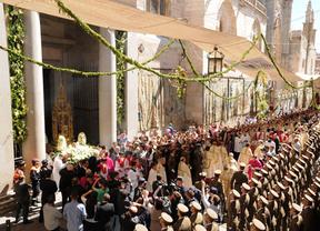 La custodia de Arfe inicia el recorrido procesional a través de la Puerta Llana de la Catedral de Toledo