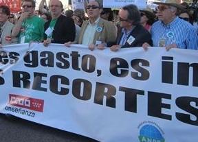 Una multitudinaria marcha de estudiantes y profesores protesta en Madrid por el 'tijeretazo' en Educación