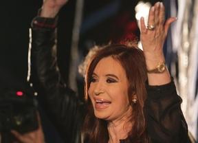 Cristina Fernández apela a la unidad nacional y agradece a Néstor Kirchner la victoria