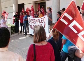 Se concentran en Toledo para pedir el pago de sus prestaciones por desempleo