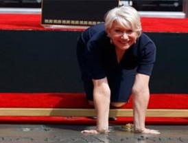 Helen Mirren deja sus huellas en el teatro chino de Hollywood