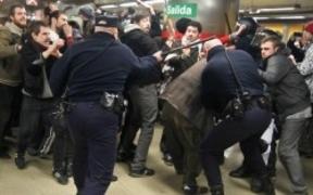 Demasiada dureza policial para una protesta pacífica del 15-M en Metro de Madrid
