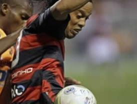 Ronaldinho debuta en Flamengo sin brillo pero confiado en evolución
