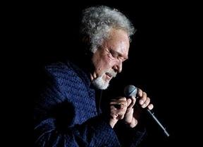 El eterno poderío e la voz de Tom Jones inunda y llena de buena música Barcelona