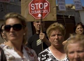La banca, atrapada, se suma al carro anti-desahucios: pide aplazarlos por 'razones humanitarias'