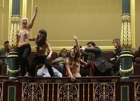 Histórica protesta de las feministas de Femen, en topless en el Pleno del Congreso para interrumpir a Gallardón