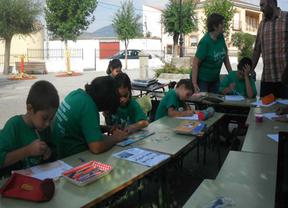 Los niños de Garciotun siguen dando clase en la plaza del pueblo