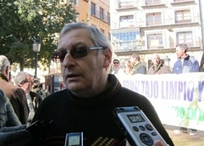 Una treintena de personas se concentran en Toledo ante las 'fechorías' contra el Tajo