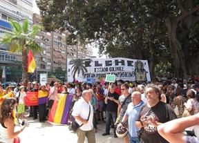 Pitidos y petardos para recibir a Rajoy y al Príncipe en la llegada del AVE a Alicante