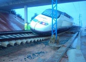 Abierta la línea Madrid-Alicante tras descarrilar la locomotora de un AVE