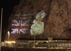 Reino Unido reta a España proyectando una imagen de Isabel II en el Peñón de Gibraltar