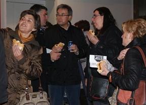 Un centenar de personas se comen un bocadillo 'contra el choriceo'