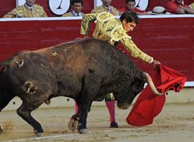 Feria de Albacete: descastados 'samueles', susto para Rubén Pinar y triunfo de Sergio Serrano