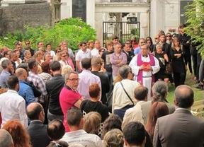 La sociedad civil gallega y familiares dan su último adiós a Rosalía Mera en un sencillo entierro