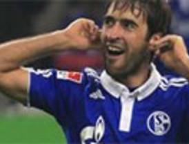 Raúl vuelve por sus fueros: un triplete goleador saca al Schalke de puestos de descenso