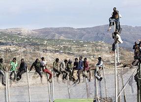 Nuevo intento masivo de entrada en Melilla: sólo una decena de los 400 y 500 inmigrantes lograron pasar