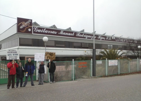 Dos meses manifestándose a las puertas de 'Guitarras Manuel Rodríguez e Hijos' para reclamar  74.000 euros