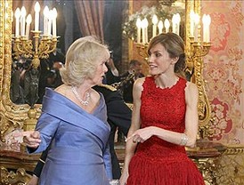 La Princesa Letizia vuelve a acertar con un vestido rojo español