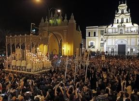 Sevilla celebra su Madrugá sin necesidad de mirar al cielo