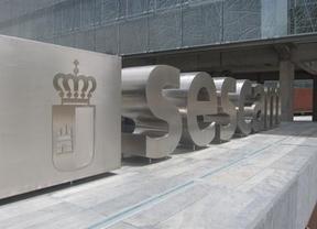 Los trabajadores del servicio de cita previa médica del SESCAM protestan ante el cierre del servicio