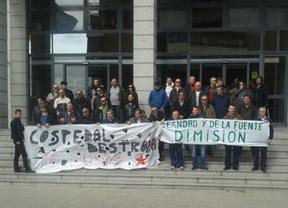 Los conductores encerrados en la Consejería de Administraciones Públicas amenazan con extender la protesta a toda la región