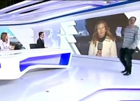 El mismo activista que se desnudó ante la Reina irrumpe en pleno telediario de 'La 1'