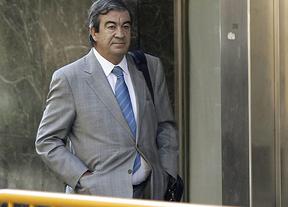 Cascos, siguiente en declarar ante el juez Ruz, y Arenas, recibidos con insultos y gritos de