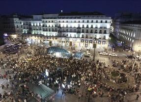 Los 'indignados' felicitan al movimiento 15-M que celebra su primer aniversario en Sol