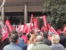 Varios centenares de personas se concentran frente al INSS de Murcia para protestar por la Reforma de las Pesiones