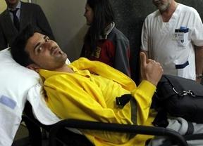 Villa recibe en el hospital la Copa del Mundo de manos de Carles Puyol