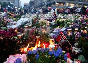 Noruega recuerda a las 77 víctimas en el primer aniversario del doble atentado