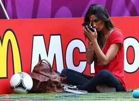 Algunos fotógrafos, más pendientes de Sara Carbonero que el partido futbolero